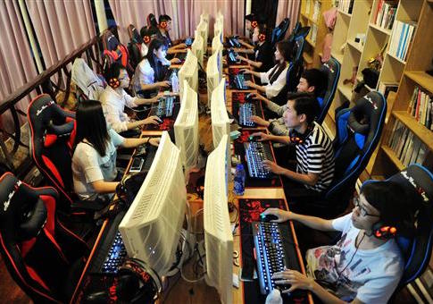 Young Chinese citizens play video games in an internet cafe / AP