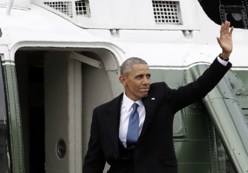 Former President Barack Obama waves goodbye as he boards a Marine helicopter / AP