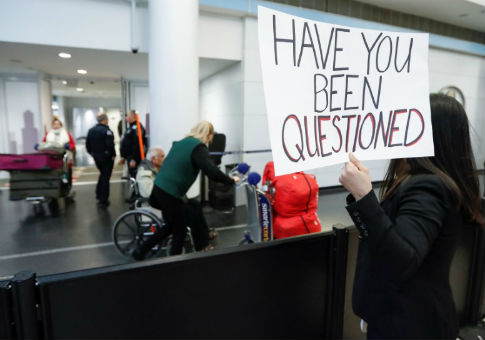 Chicago area immigration attorney Diana Mendoza Pacheco offers her assistance to arriving passengers at O'Hare airport in Chicago / REUTERS