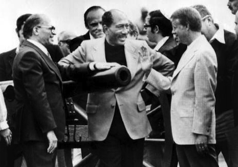 Egyptian President Anwar Sadat, center, leans on the barrel of a cannon as he talks with Israeli Prime Minister Menachem Begin, left, and President Carter during a tour of the Gettysburg Batterfield