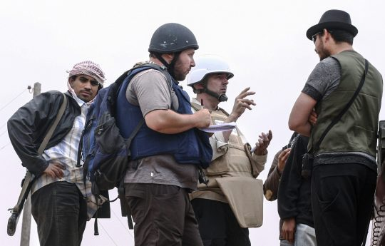American journalist Steven Sotloff talks to Libyan rebels on the Al Dafniya front line